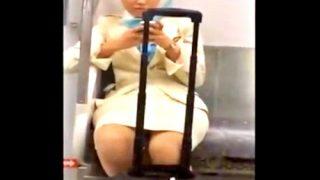 空港に向かう美人なCAさん、電車内で対面盗撮の餌食となってしまう・・・(動画あり)