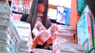 【盗撮】立ち読み中の美少女JKちゃんの隙だらけの股間を逆さ撮りしたらナプキンがハミ出してだwwww