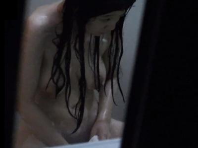 """【衝撃映像】マン毛のお手入れ中の巨乳美女に """"盗撮バレ"""" するこの動画がやばすぎる件・・・"""