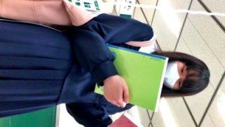 【動画】優等生タイプの美少女JKの綿の縞々ぱんつ(薄い黄色シミ付き)逆さ撮り盗撮の餌食になる