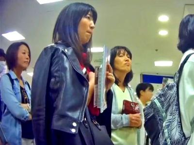 """書店で並んでる黒髪知的女子の水玉ぱんつを """"約6分間"""" 逆さ撮りした盗撮動画、ガチで抜けるwww"""