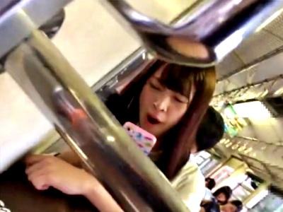 【動画】あくびしながら電車に乗車中の美少女JKに怪しまれながらも盗撮をやめない危険人物がこちら