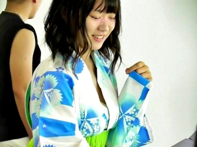 【胸チラ盗撮】夏祭りの美少女JK(ノーブラ)、浴衣の隙間から乳首が見えてしまう(動画あり)