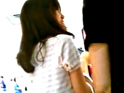 デート中の美人JDちゃん、彼氏の真横で縞々パンツ逆さ撮り盗撮されてしまうwwww