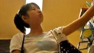 某○フトで買い物に夢中のSランク美少女JCの純白綿おぱんつ、逆さ撮りされる(盗撮動画)