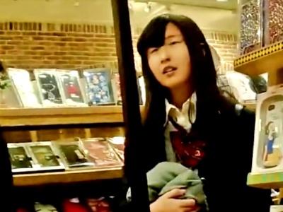 地味な顔立ちのクセにエッロい純白ぱんつ穿いてる放課後JKちゃんを逆さ撮り(他2名)
