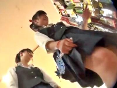 放課後の時間になると制服JKちゃんが集合するコンビニでパンチラ撮り放題する奴wwww