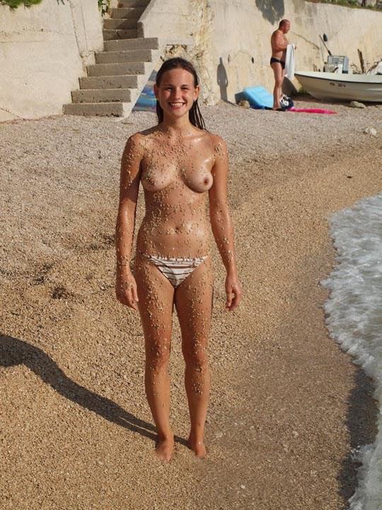 【エロ画像】ヌーディストビーチで美乳をさらけ出す美少女たち。多分ほとんど10代だよなコレ・・・