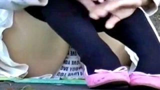 【動画】ボーッと座ってるニーハイ眼鏡JCちゃん、英字プリントぱんつ(シミ付き)盗撮し放題されてしまう