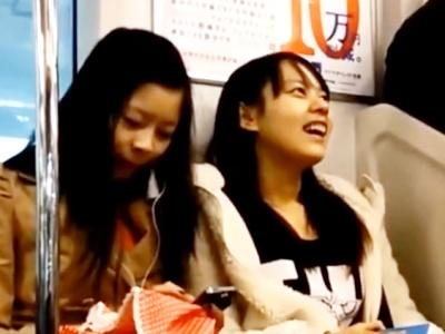 電車でロックオンされたJCちゃん、めくり撮りでタイツ越しパンチラをがっつり盗撮されてしまう(動画あり)