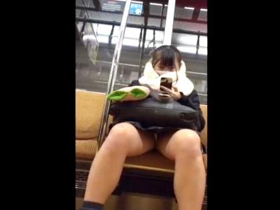 電車通学する制服JKを連日パンチラ盗撮するストーカー、動画をネットに公開してしまう