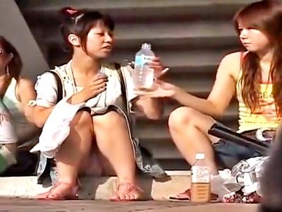 【動画】繁華街で地べたに座り込んでパンチラ盗撮されてしまう未成年ギャルたちwwww