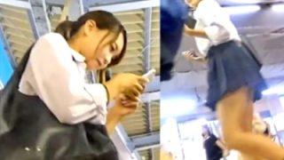 激カワレベルの美少女JKをパンチラ盗撮!通学中に粘着してテカリサテン生地を奪取・・!
