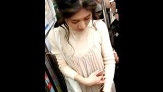 【本物痴漢動画】おっぱいを肘で触られても抵抗できない美女の動画がSNSに公開されてるんだが・・・