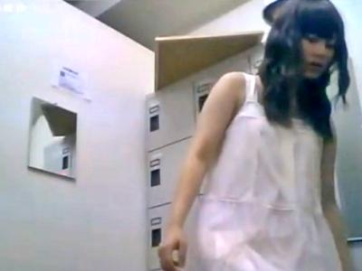 (推定)JKのバイト女子更衣室での着替えを隠しカメラで盗撮した動画がガチで興奮するんだがwwww