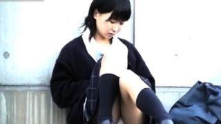 伝説のパンチラ。校門前でずっとパンチラしてるアイドルレベルの美少女JKを長時間盗撮