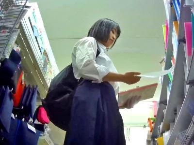 【盗撮動画】外見は地味なのに制服スカートの中はエロい薄ピンクぱんつを穿いてる美少女JKちゃん
