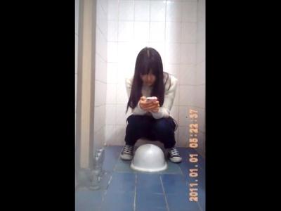 【盗撮動画】片時もスマホから目を離さない十代少女、女子トイレのおしっこシーンを全世界に公開される