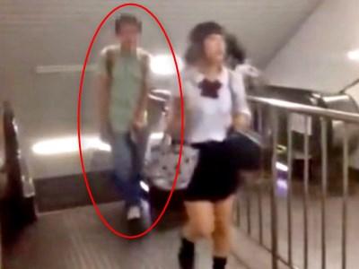 駅のエスカレーターで女子高生のパンチラをスマホで盗撮する不審者、晒されるwwwww