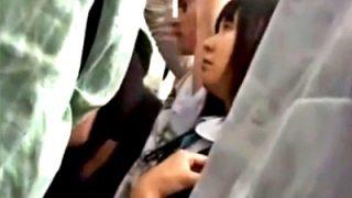 満員電車のスカ下にハーパンJKちゃん、複数人に痴漢されて半泣きになってしまうwww(動画あり)