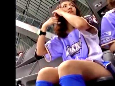 某プロ野球チームの美人すぎるチアリーダー、観客にスカートの中を盗撮されてしまう(動画あり)
