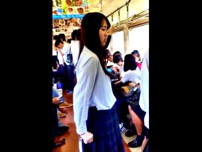 学生まみれの朝の電車で美少女JKをチョイスしてパンチラを接写撮りしたこの盗撮動画が優秀すぎるwww