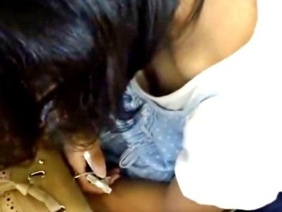 【動画】変態男、電車で熟睡しているメガネJCをスマホで胸チラ盗撮してしまう・・・