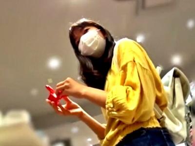 私服JCに怪しまれながらス○ーピーのキャラパン盗撮する奴wwwww(動画あり)