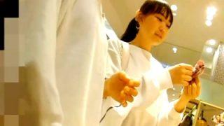 お友達とショッピングを楽しむ美少女JCの白地のストライプぱんつ、逆さ撮りの餌食になる・・(動画あり)