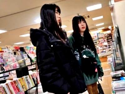 【動画】幼い顔した私服JKのサテンのデカパンってどう思う?www(逆さ撮り盗撮)