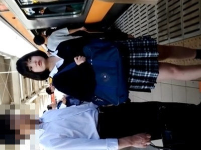 【動画】このアイドル顔の美少女JKが今から電車内でスカートめくりでパンチラ盗撮されます・・・