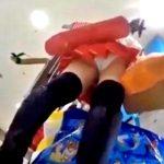 ベテラン撮り師さん、コミケ会場近くでコスプレイヤーの純白パンチラを逆さ撮りしてしまう(動画あり)