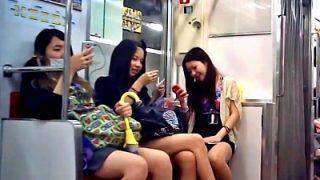 電車の席を占領するクッソ生意気そうなギャルJK3人組、パンチラ盗撮されるwwww(動画あり)