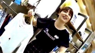 笑顔で何でも言うことを聞いてくれる美人ショップ店員にも容赦のないパンチラ盗撮を行う鬼畜撮り師(動画あり)