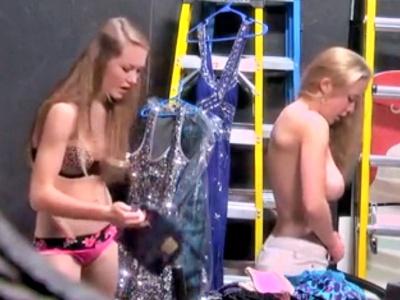 美少女ダンサーのバックステージでの着替えを盗撮した動画、おっぱい丸見えでエロすぎワロタwww