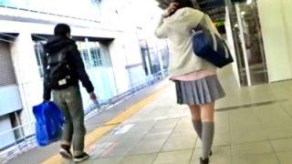 通学中の制服JKちゃん、前から後ろからパンチラ撮り放題されて恐怖で固まる・・・(動画あり)
