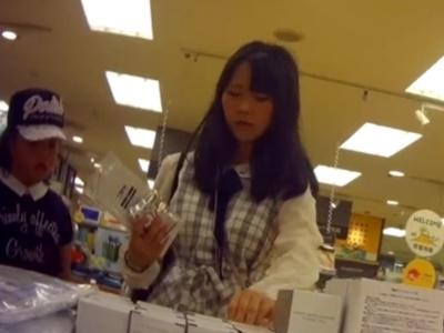 小さな妹ちゃんを連れて買い物中の私服JCを容赦なくパンチラ盗撮する鬼畜撮り師