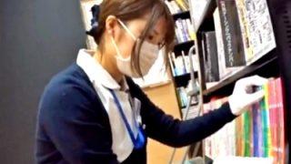 お昼休憩中の清楚なナースさん、書店で専門書を探している所をパンチラ盗撮されてしまう(動画あり)