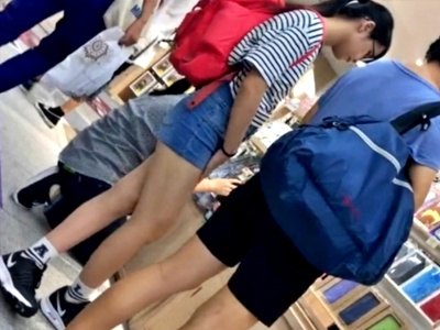 パパと買い物中の美少女JCちゃん、デニムショーパン越しの尻をしつこく接写盗撮される(動画あり)