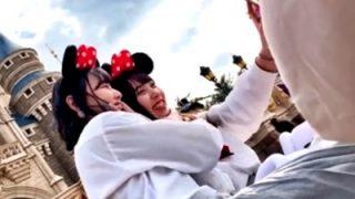 夢の国のお城前スポットでパンチラ撮り放題される美少女JKが発見されるwww(動画あり)