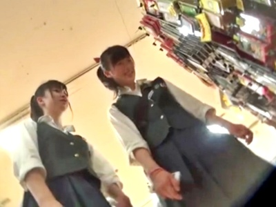 可愛い顔してパンツが食い込みまくっている制服JCちゃん、逆さ撮り盗撮される(動画あり)