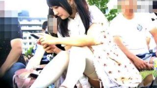 ピクニック中の家族のJKくらいの娘の座りパンチラを盗撮する強者のガチ映像がエロいwww(動画あり)