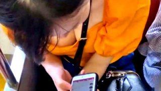 胸元がざっくり開いたシャツ着たJDちゃん、早速電車で胸チラ盗撮の餌食になる(動画あり)