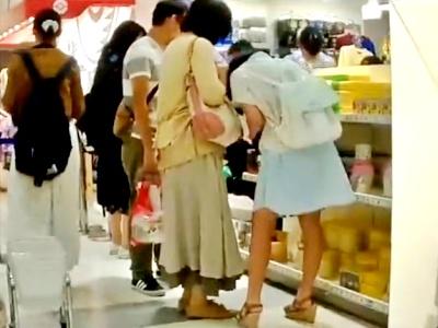 ※顔出し ママ同伴の私服JCちゃん、穢れのない純白綿パンツを逆さ撮り盗撮される・・・(動画あり)