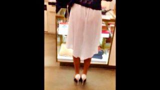 【盗撮動画】買い物中の美女、スカートの裏地がめくれてパンツが透け透けになるハプニングwww