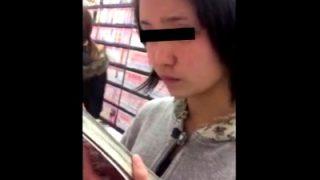 危険!立ち読み中の美少女JCに睨まれながら黒タイツ越しのバックプリントパンツ盗み撮る不審者(動画あり)