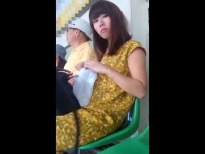 美人なお姉さんにがっつり睨まれてるのにスカートめくってパンチラ盗撮する危険人物(動画あり)