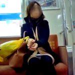 ミニスカギャル、電車内での純白対面パンチラ盗撮動画をネットに晒されるwww