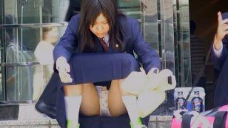 外で買い食いしてるお行儀悪めの制服JKのパンチラ撮り放題なんだがwwww(動画あり)