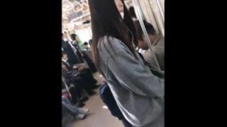 激ミニスカートで通学中の制服JKちゃんの派手めなピンクパンツを逆さ撮り(動画あり)